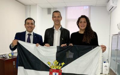 Sergio Toribio recoge la bandera que portará en la Maratón de Nueva York