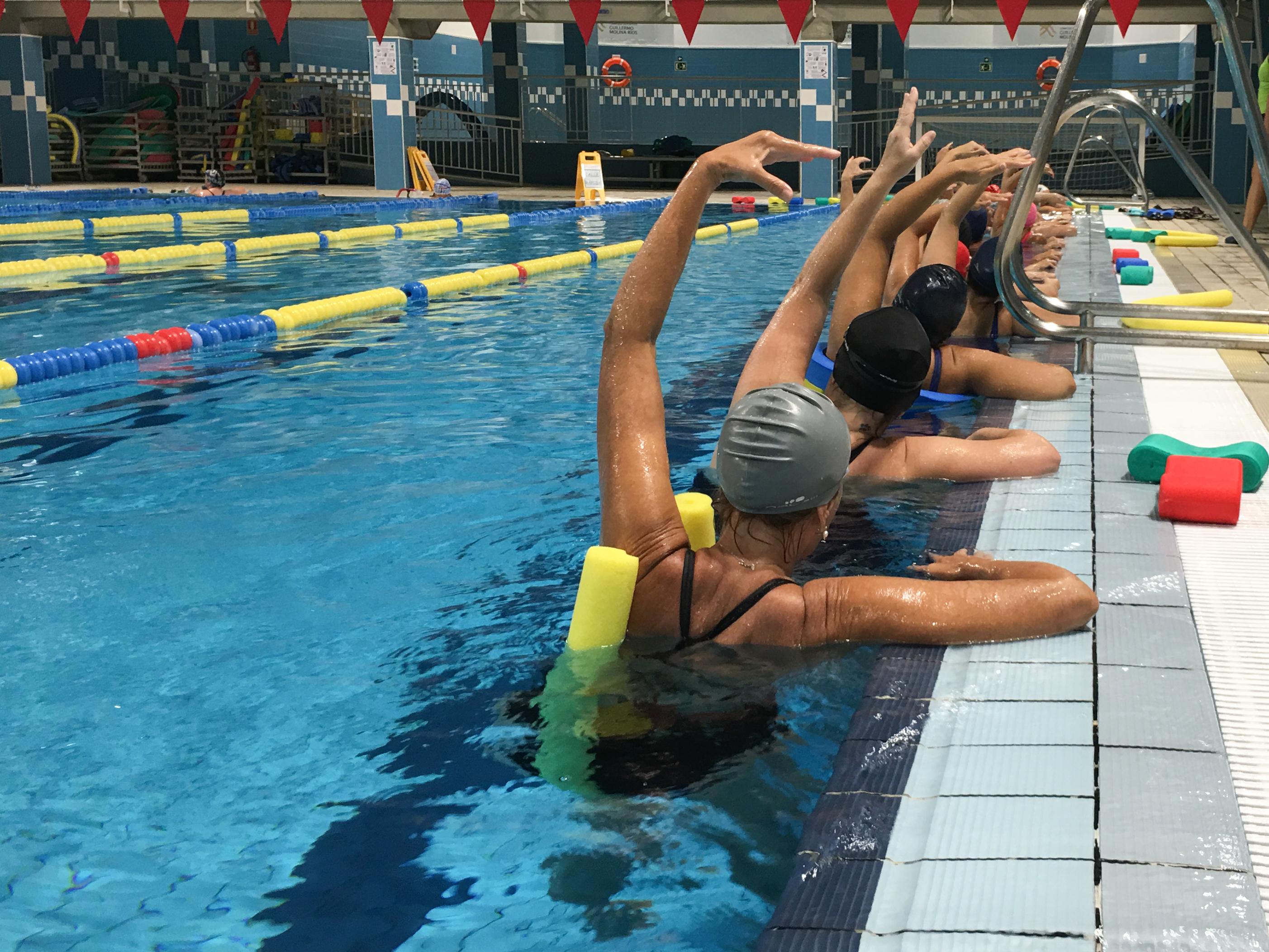 Aquagym, mujeres de espaldas en la piscina del Guillermo Molina