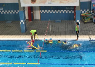 alumnos durante la clase de natación