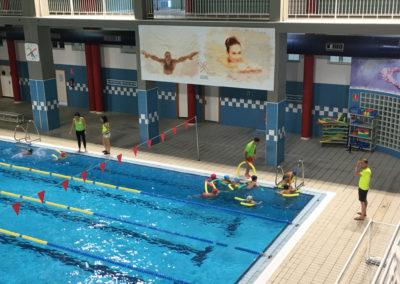 alumnos practicando natación